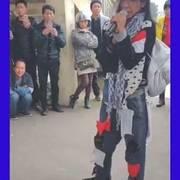 街头流浪的歌手,竟然有这种操作,小丑都在流浪啊!