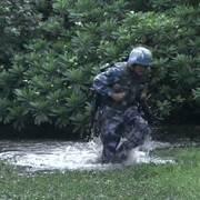 火蓝刀锋:巴郎陷入沼泽,张冲放下个人恩怨,果断救起巴班长